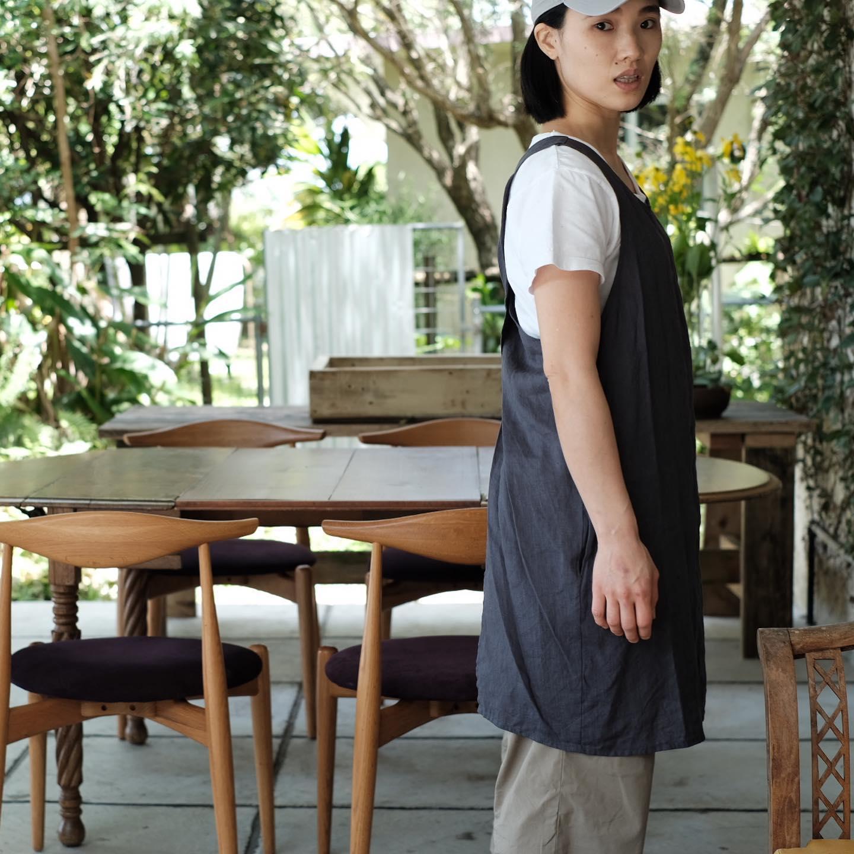 《母の日のプレゼントに》ベトナム、ホーチミンの生地問屋から直接買い付け、確かな縫製技術を持つ現地の縫い子さんに縫製してもらった、プラウマンズオリジナルのエプロンです。カラーはシックな墨色と、爽やかな新緑色の2種類。ほっかむりスタイルなので、紐もなく、首に負担がかからず、洋服のように気軽に羽織れます。 お客様に料理をおもてなしして、そのまま一緒に食卓も囲める、利便性の高い、サラリとしたリネンです。 フリーサイズですので、性別や体型問わず、幅広い方にご利用いただけます。 プロフィールからショップページにてご購入いただけます。少量生産のため、お早めにどうぞ!#ploughmanslunchbakery#母の日 #エプロン #mothersday